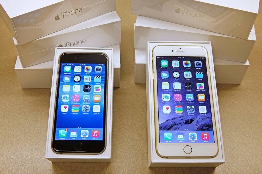 Um iPhone 6 e um iPhone 6 Plus lançados em 2014