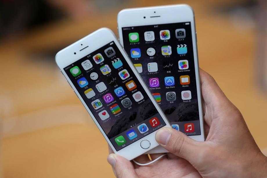 Cliente compara um iPhone 6 e um iPhone 6 plus, em 2014