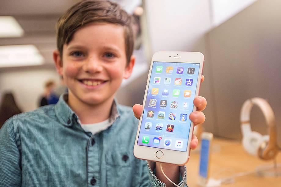 Menino mostra um iPhone 6s Plus, em uma loja da Apple na Austrália