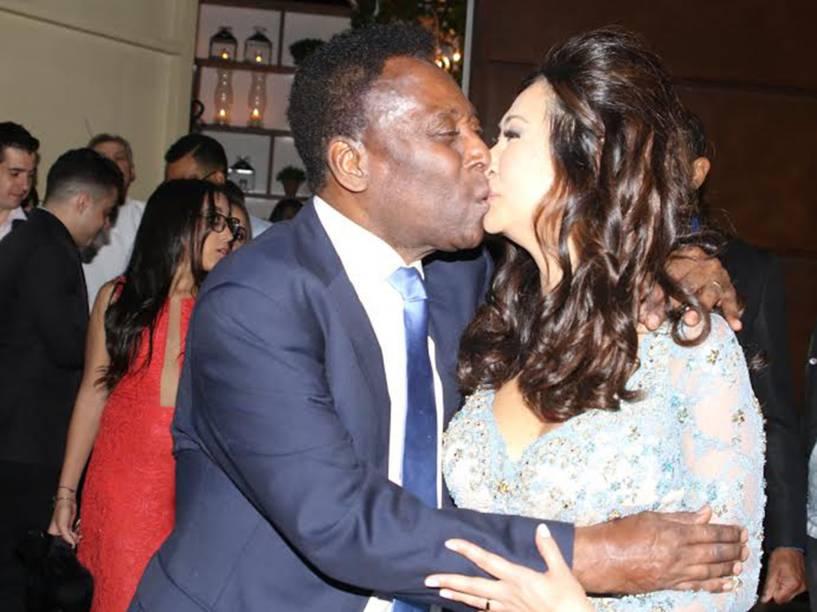 Pelé beija a noiva, Marcia Aoki, no Guarujá