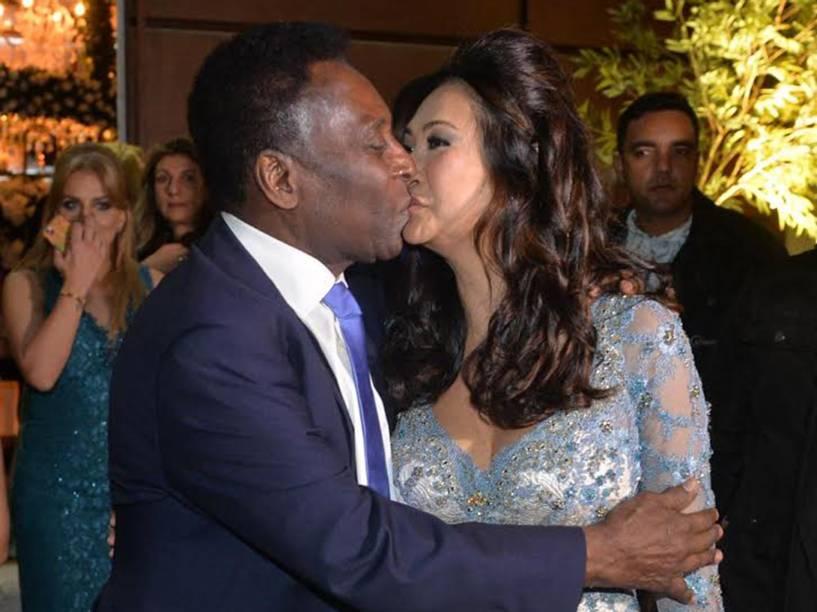 Pelé beija a noiva, Marcia Aoki, após casamento no Guarujá