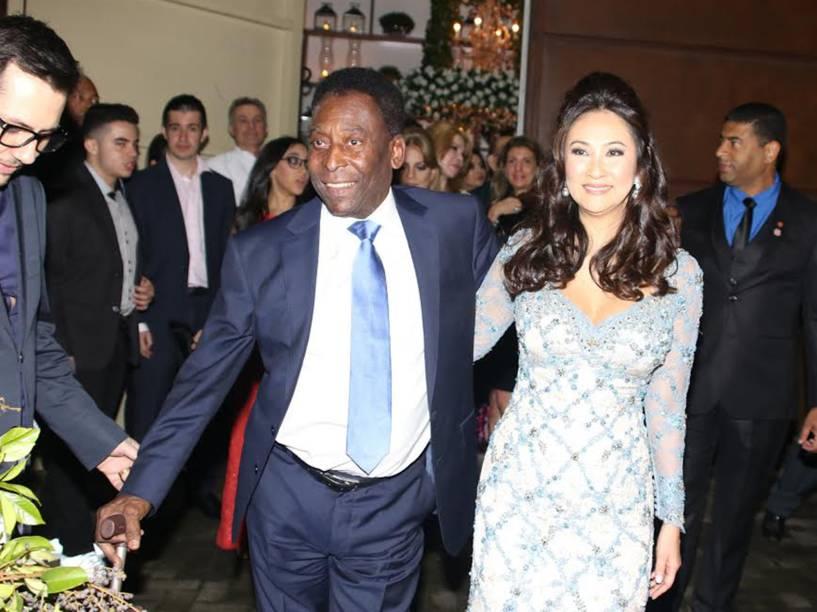 Pelé chega com a noiva, Márcia Aoki, a buffet no Guarujá