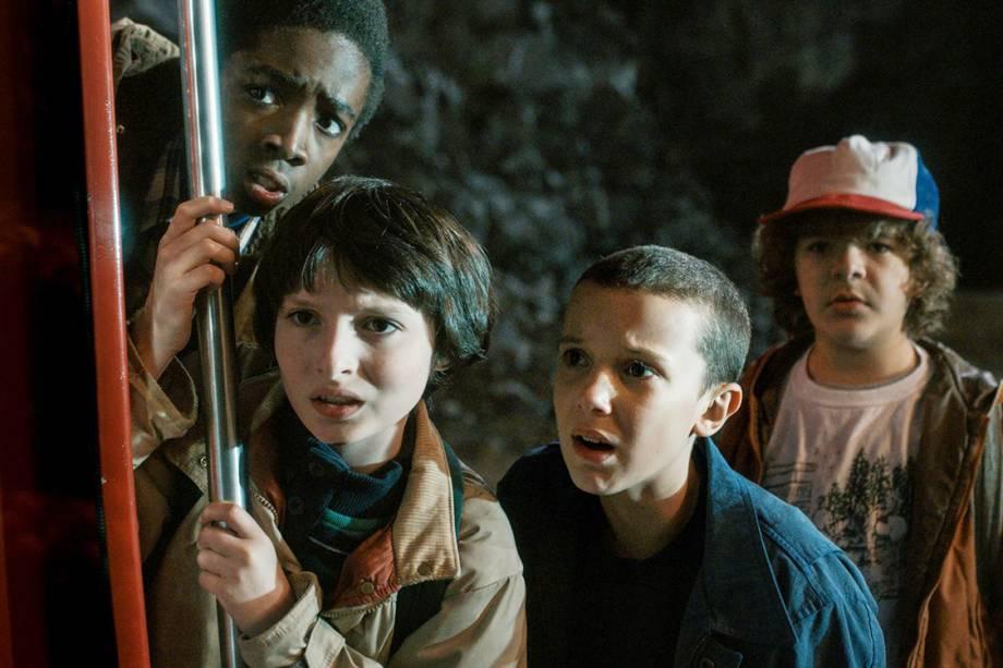 Os personagens Lucas (Caleb McLaughlin), Mike (Finn Wolfhard), Eleven (Millie Brown) e Dustin (Gaten Matarazzo) na série 'Stranger Things'