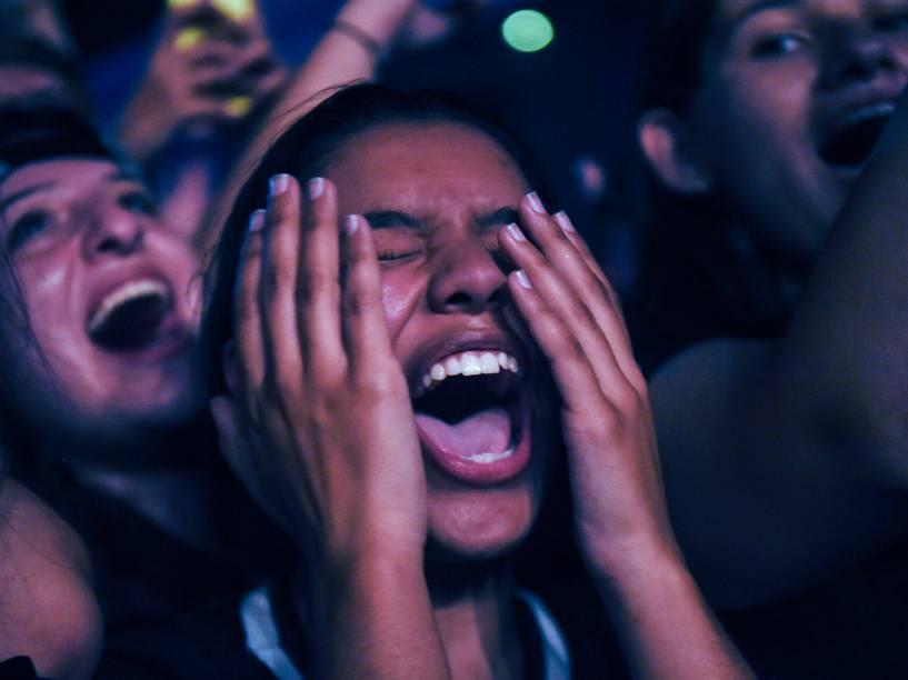 Fã se emociona durante o show do grupo Fifth Harmony, em São Paulo