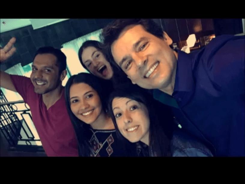 O apresentador Celso Portiolli tira uma selfie com Thaynara Og