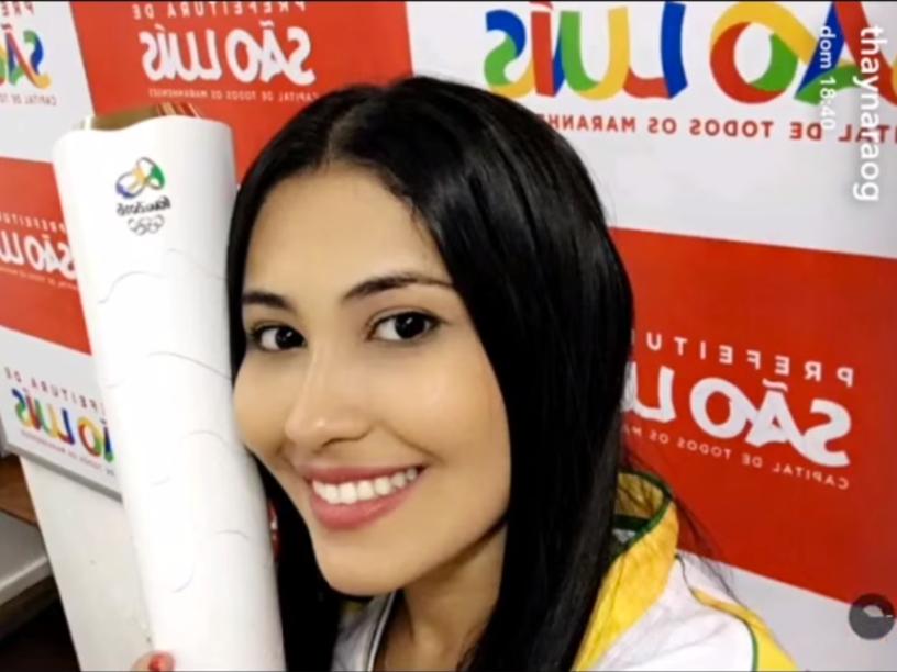 Thaynara Og segura a tocha olímpica, em São Luís do Maranhão, cidade natal da snapchater