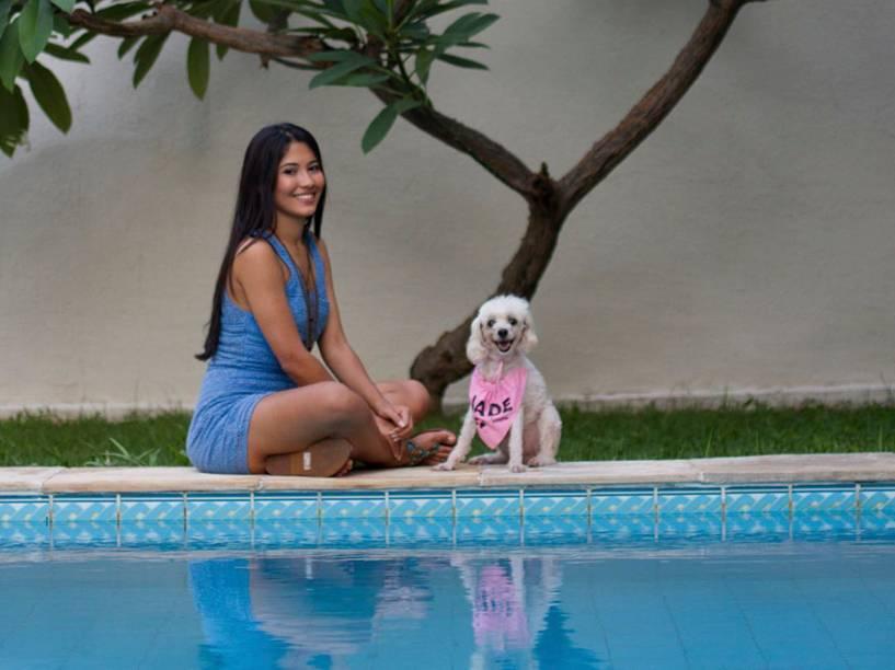 Thaynara com Jade Sinistra, sua poodle que vive aparecendo nos snaps