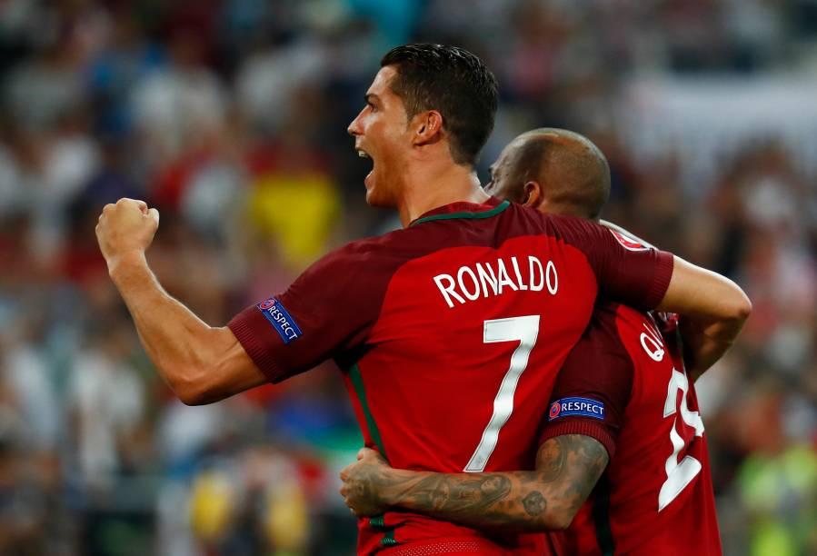 Cristiano Ronaldo e Quaresma, comemoram após derrotarem a Polônia nas penalidades máximas, por 5 a 3, durante jogo das quartas-de-final da Eurocopa 2016 - 30/06/2016