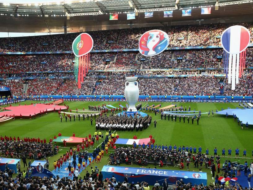 Jogadores da França e Portugal entram em campo para disputar a final da Eurocopa, em Paris