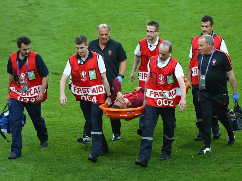 O português Cristiano Ronaldo é retirado de maca do campo, após sofrer lesão na final da Eurocopa, em Paris