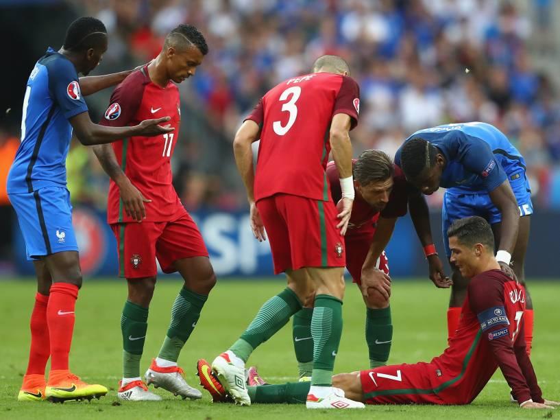 Cristiano Ronaldo, de Portugal, cai em campo após sofrer lesão na final da Eurocopa, em Paris