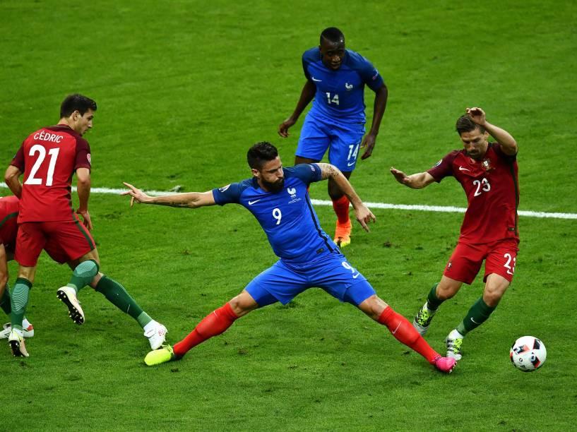 Lance na final da Eurocopa entre França e Portugal, em Paris