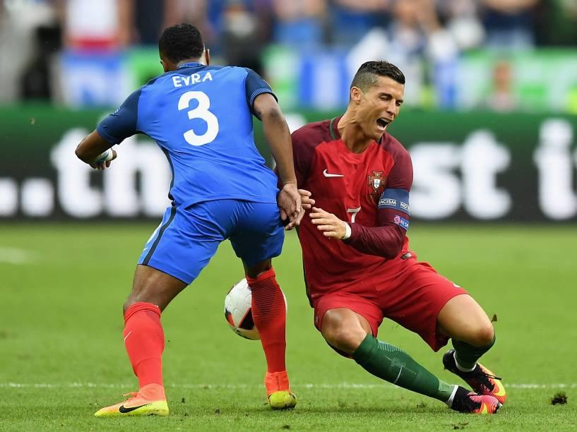 O português Cristiano Ronaldo sofre uma contusão em disputa de bola na final da Eurocopa