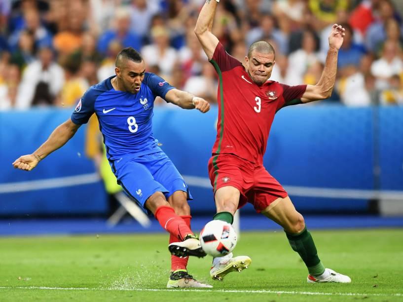 Dimitri Payet, da França, disputa a bola com Pepe, de Portugal, durante a final da Eurocopa, em Paris
