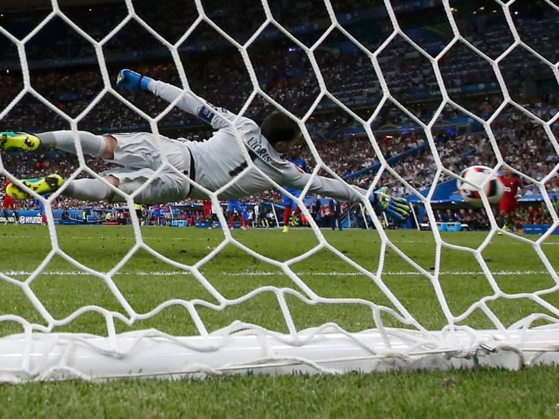 O goleiro francês Lloris tenta pegar a bola chutada por Eder, de Portugal, na prorrogação da final da Eurocopa, em Paris