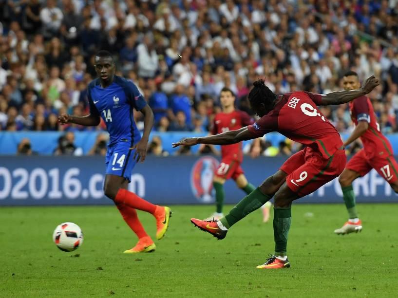 Eder, de Portugal, chuta a bola e marca o gol da vitória da equipe sobre a França no final da Eurocopa, em Paris
