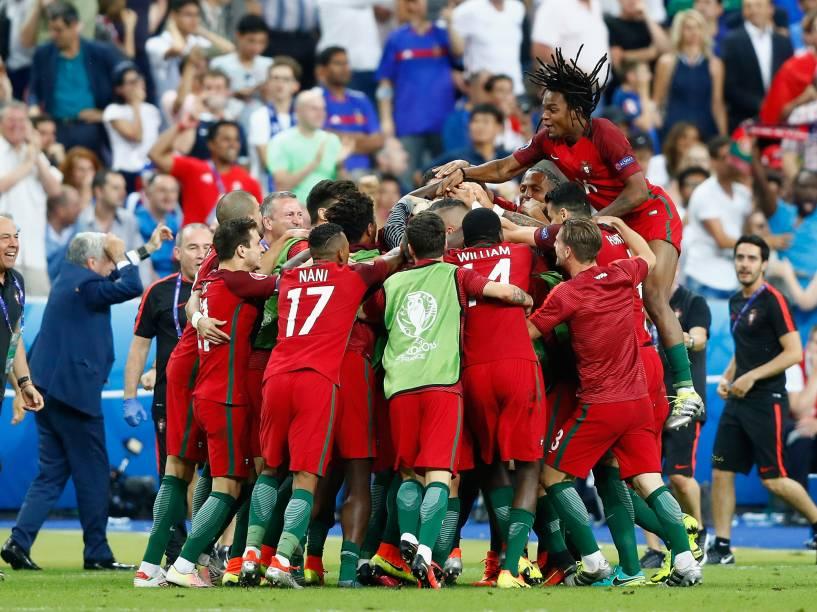 Jogadores de Portugal comemoram o gol sobre a França no final da Eurocopa, em Paris