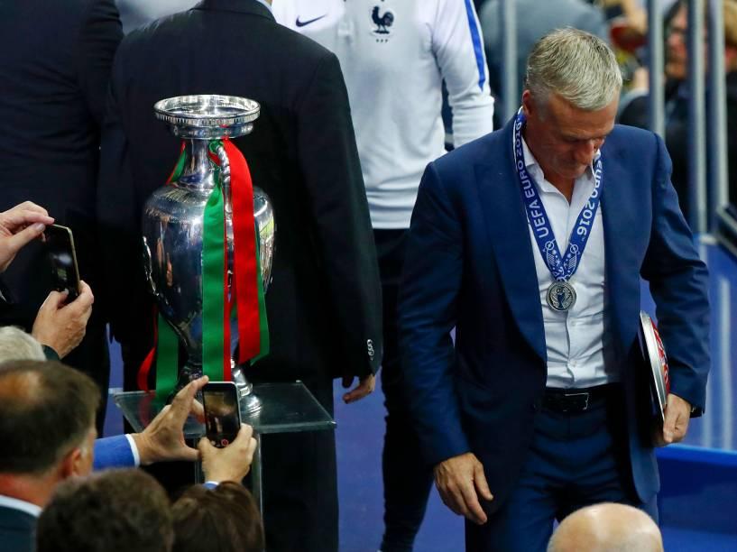 O técnico da França, Didier Deschamps, recebe a medalha de prata após perder para Portugal a final da Eurocopa, em Paris