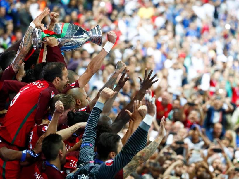 O técnico Fernando Santos, de Portugal, é carregado pelos jogadores após vencer a Eurocopa 2016, em Paris