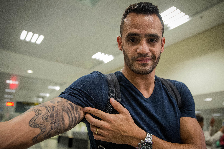 O meia Renato Augusto exibe tatuagem do Maracanã no braço na chegada ao aeroporto de Goiânia (GO)