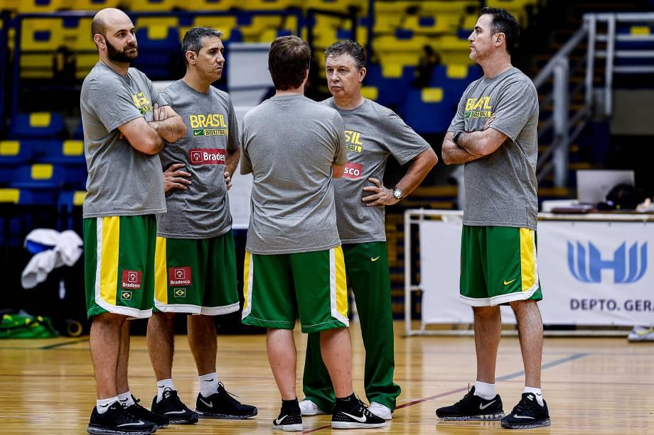 O treinador argentino Rubén Magnano com a comissão técnica da seleção brasileira de basquete