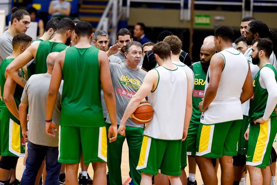O treinador argentino Rubén Magnano conversa com os atletas durante treino