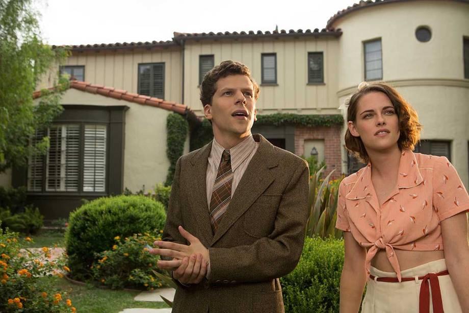 Vonnie (Kristen Stewart) e Bobby (Jesse Eisenberg) fazem par romântico no filme Café Society