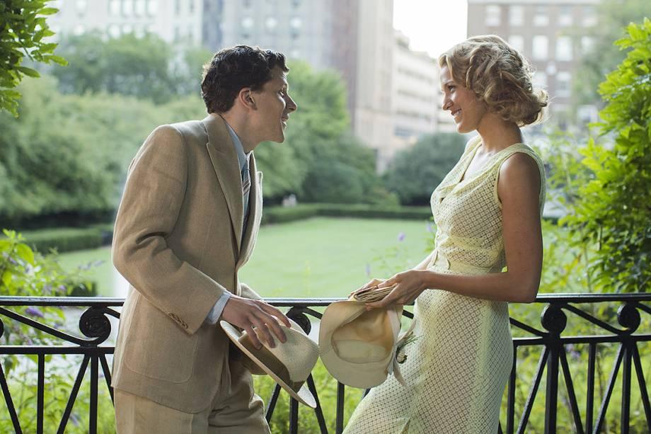 Bobby (Jesse Eiseberg) e Veronica (Blake Lively) contracenam no filme Café Society