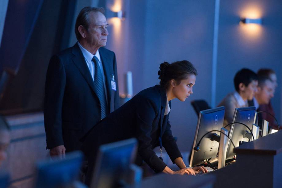 Agente Heather Lee (Alicia Vikander) e o diretor da CIA Robert Dewey (Tommy Lee Jones)