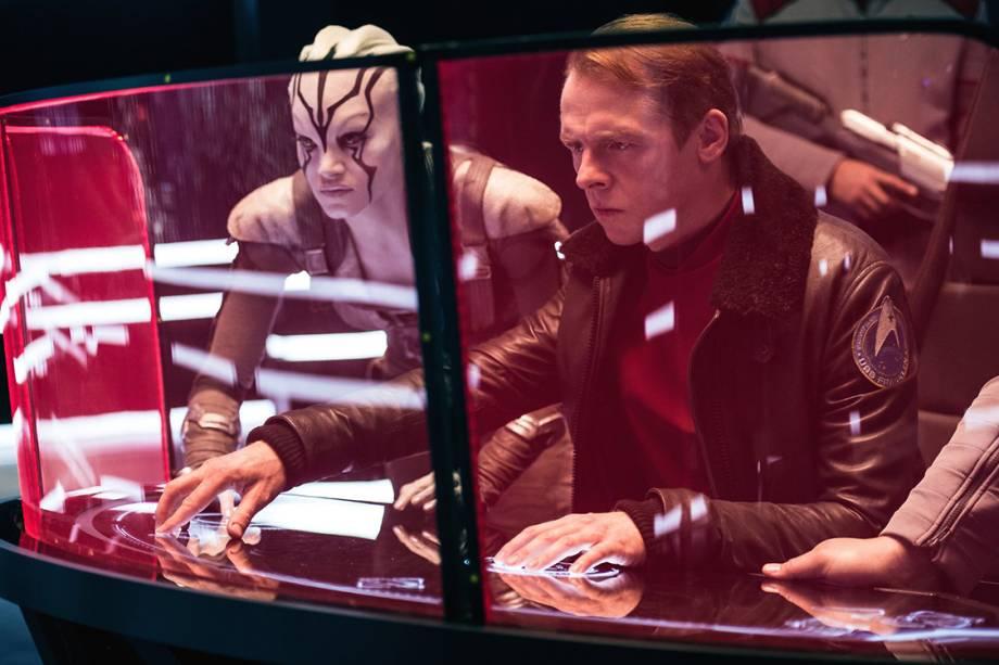 Montgomery Scott (Simon Pegg) e Jaylah (Sofia Boutella) em cenas do filme Star Trek: Sem Fronteiras