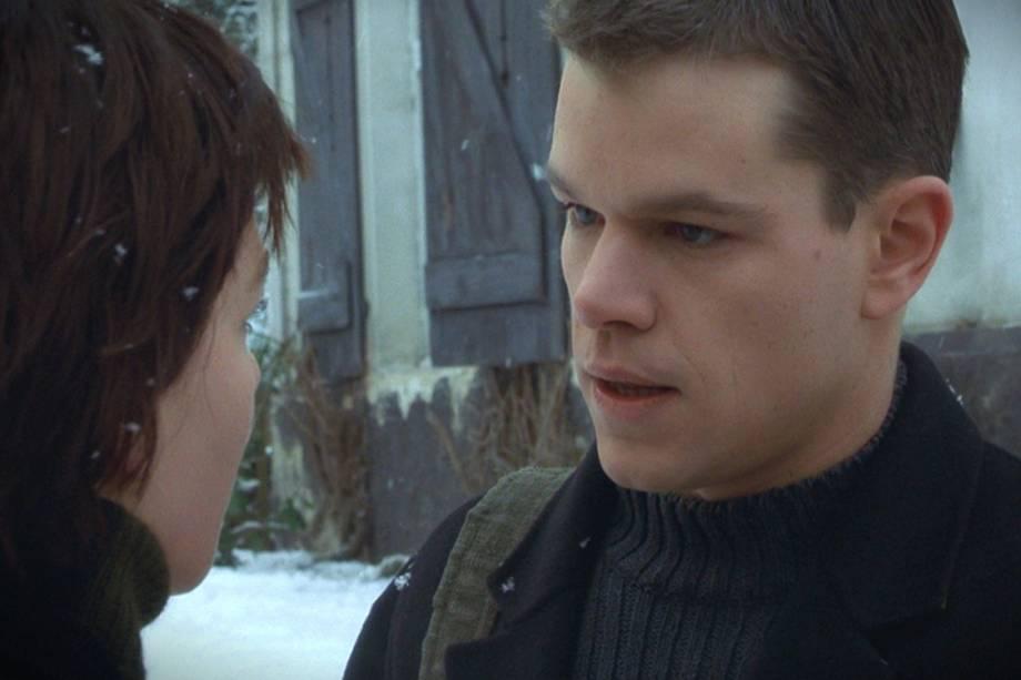 Matt Damon interpreta Jason Bourne pela primeira vez em 'Identidade Bourne' (2002), de Doug Liman ('Sr. & Sra. Smith'). No longa que dá início à série cinematográfica, o agente secreto é encontrado desacordado em um barco no Mediterrâneo. Com amnésia, ele começa a lembrar aos poucos de quem é -- ou de quem se tornou, já que a sua real identidade permanecerá soterrada.
