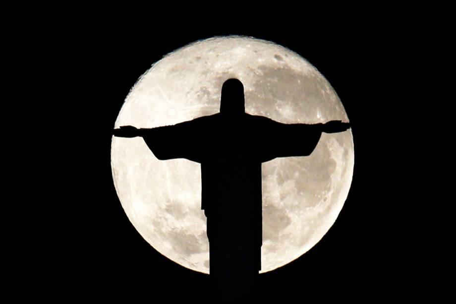 Lua cheia é vista atrás da estátua de Cristo Redentor, no Rio de Janeiro (RJ) - 19/07/2016