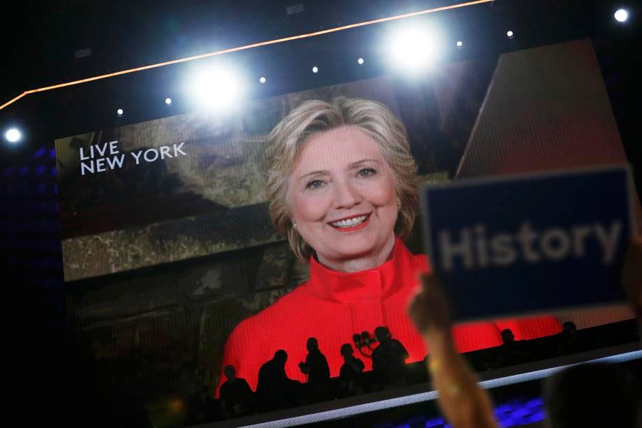 Candidata pelo partido democrata à presidência dos Estados Unidos, Hillary Clinton, discursa através de um telão, na Convenção Democrata na Filadélfila, Pensilvânia - 27/07/2016