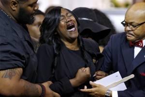 Sandra Sterling, tia de Alton Sterling, lamenta durante enterro de seu sobrinho em Baton Rouge, Lousiana, nos Estados Unidos