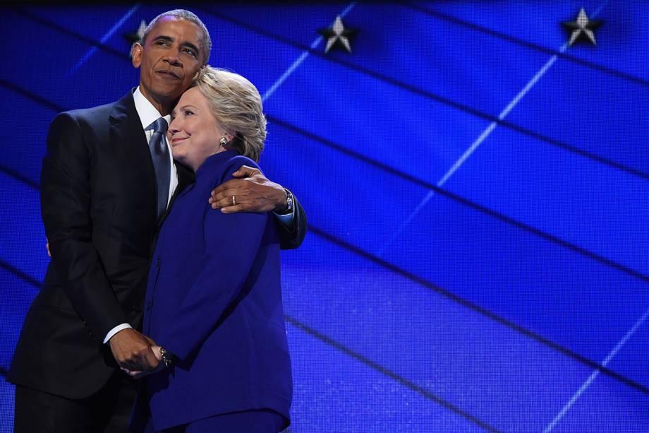 Presidente dos Estados Unidos, Barack Obama, abraça a candidata democrata Hillary Clinton, durante a terceira noite da Convenção Democrata, na Filadélfia - 28/07/2016