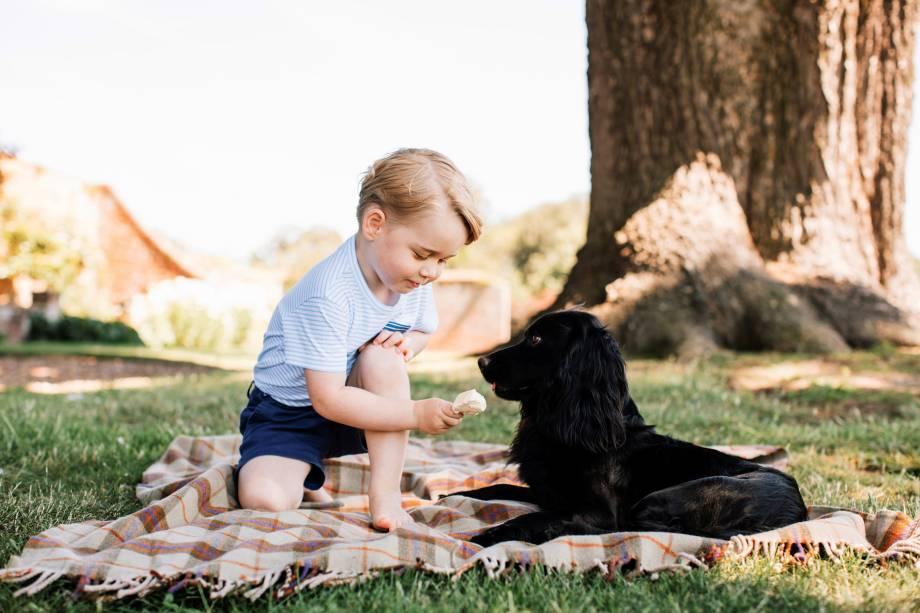 Príncipe George é fotografado com o cão de estimação da família, Lupo, em imagem divulgada pelo Palácio de Kensington para marcar as celebrações do seu terceiro aniversário, em Londres