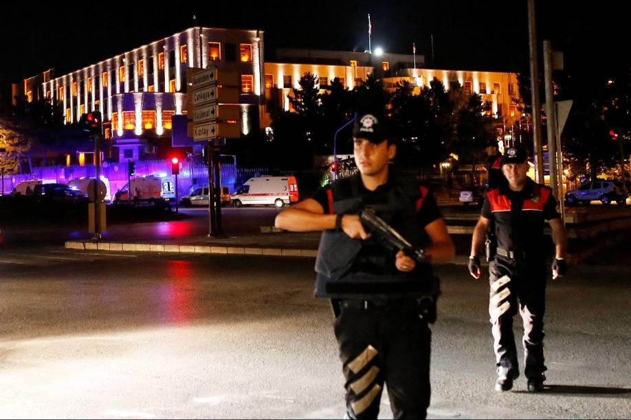 Oficiais de polícia estão de guarda perto do quartel general militar turco em Ancara