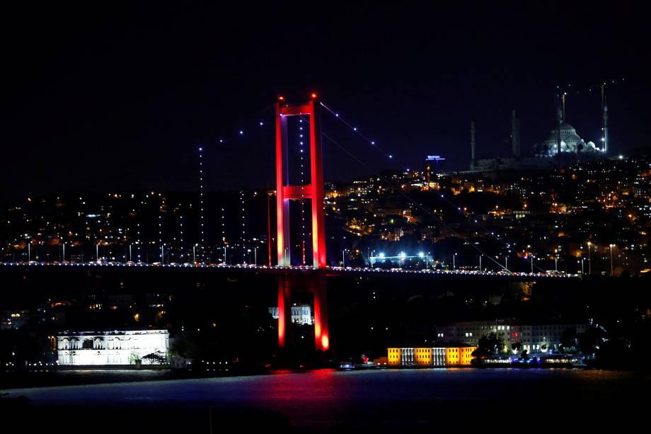 Ponte do Bósforo, que liga os lados europeu e asiático da cidade em Istambul