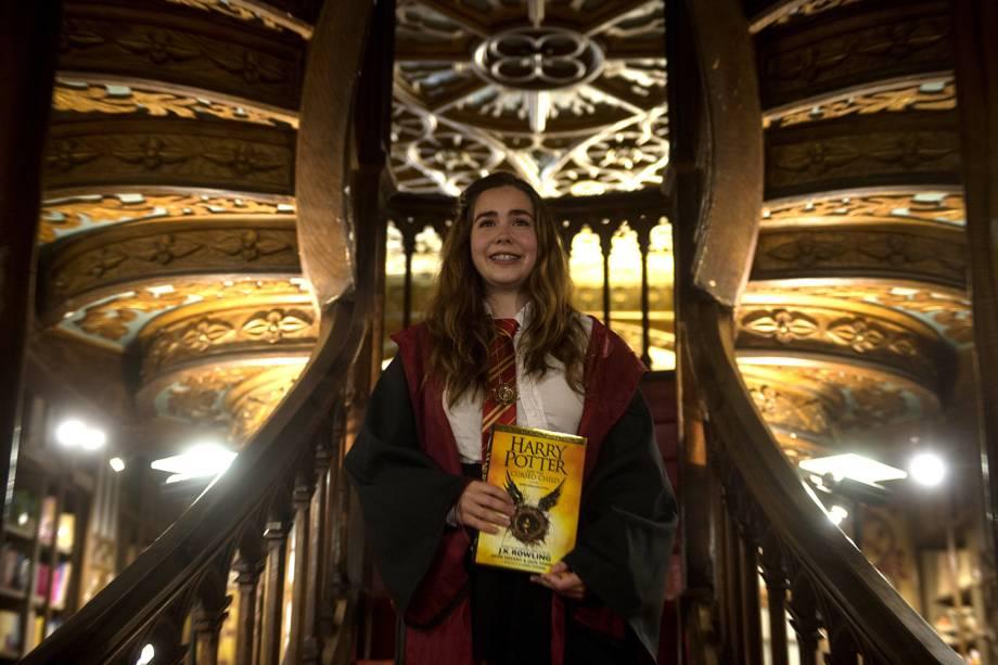 Fã da franquia Harry Potter posa fantasiada com novo exemplar do livro Harry Potter e a Criança Amaldiçoada, lançado ontem