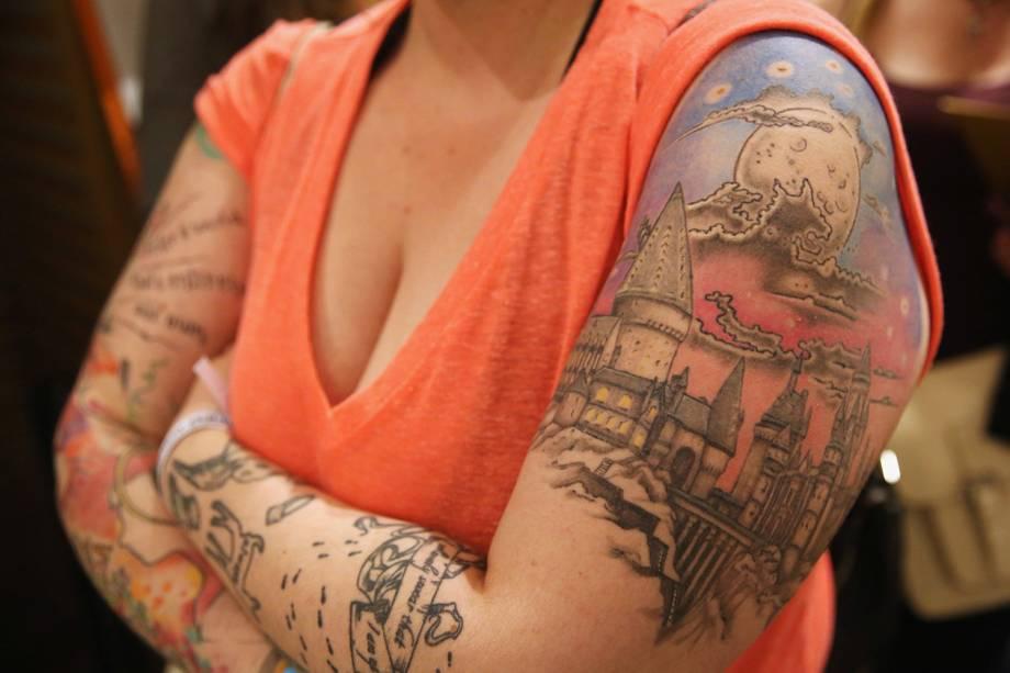 Fã exibe suas tatuagens em uma livraria em Londres, onde o livro Harry Potter e a Criança Amaldiçoada foi lançado