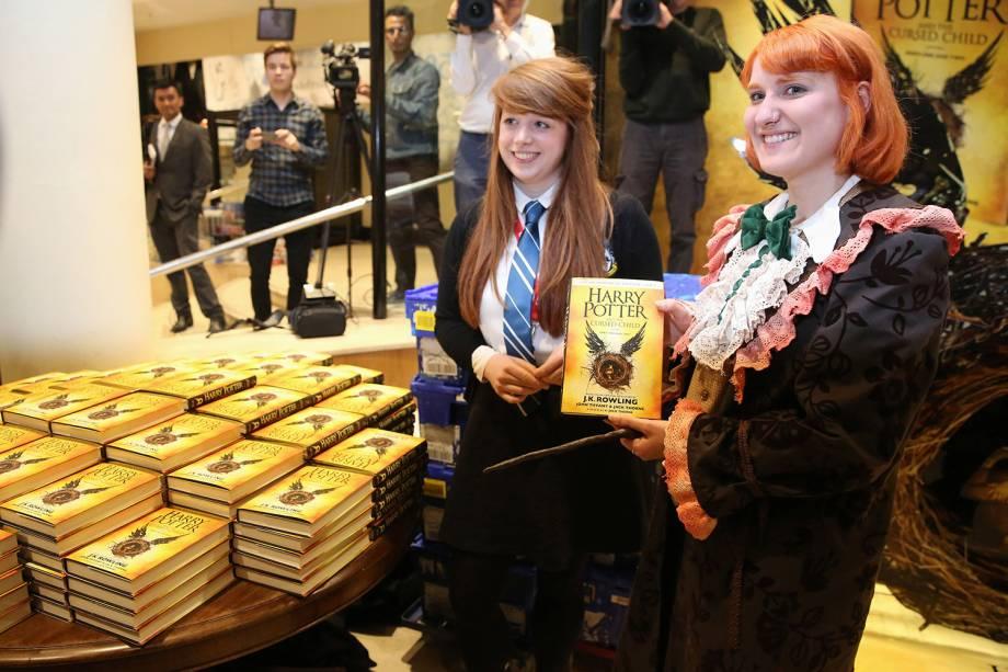 Fãs compram exemplares do novo livro da franquia, Harry Potter e a Criança Amaldiçoada, em Londres