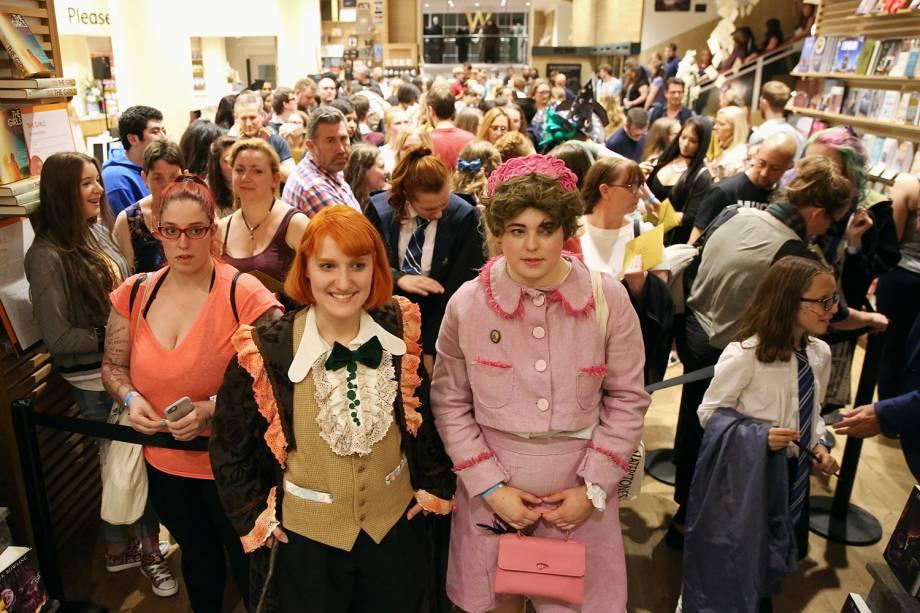 Fãs se fantasiam para comparecer ao lançamento do novo livro da franquia, Harry Potter e a Criança Amaldiçoada, em Londres