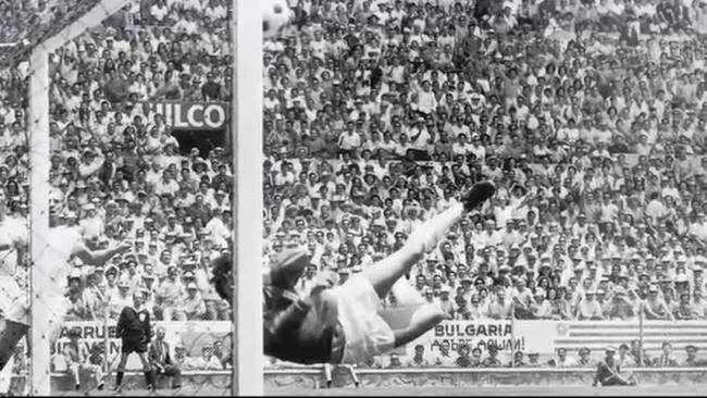 Goleiro Banks defende bola cabeceada por Pelé