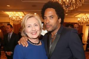 O cantor Lenny Kravitz e a secretária de estado, Hillary Clinton, posam para foto durante evento em Beverly Hills, na Califórnia (EUA) - 08/11/2013