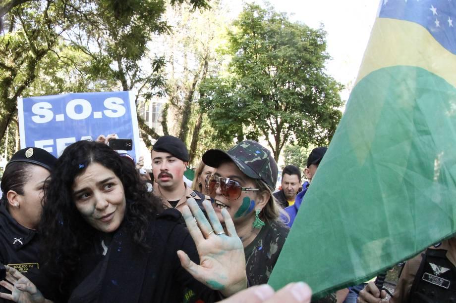 A atriz Letícia Sabatella é hostilizada durante manifestação em frente ao teatro Guaira, em Curitiba, e teve de ser escoltada pela polícia
