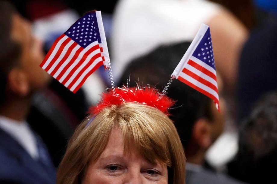 Delegada com bandeiras dos Estados Unidos em sua cabeça, durante o segundo dia da Convenção Nacional do Partido Republicano americano, em Cleveland (EUA) - 19/07/2016