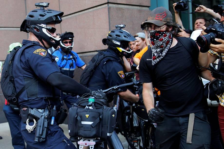 Policiais entram em confronto com manifestantes contrários à Donald Trump, próximo ao local onde ocorre a Convenção Nacional do Partido Republicano americano, em Cleveland (EUA) - 19/07/2016
