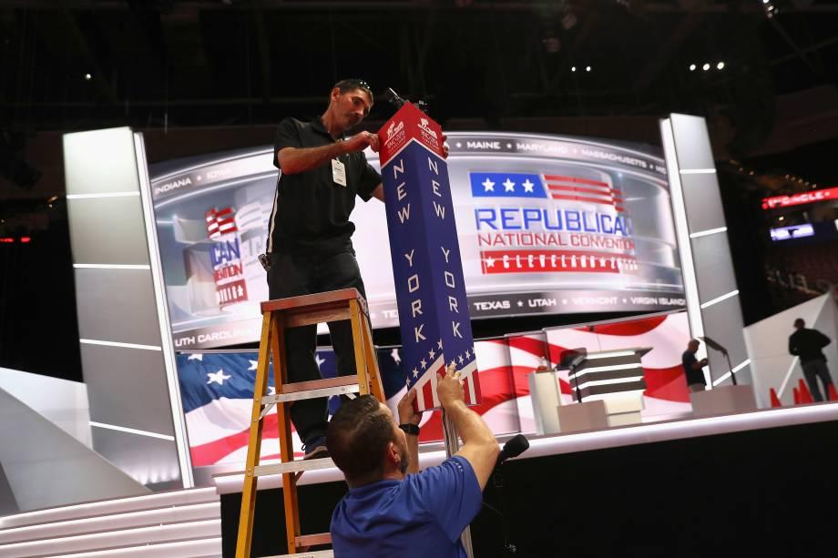 Trabalhadores e voluntários realizam os últimos preparativos para a Convenção Nacional Republicana na Quicken Loans Arena em Cleveland, Ohio - 16/07/2016