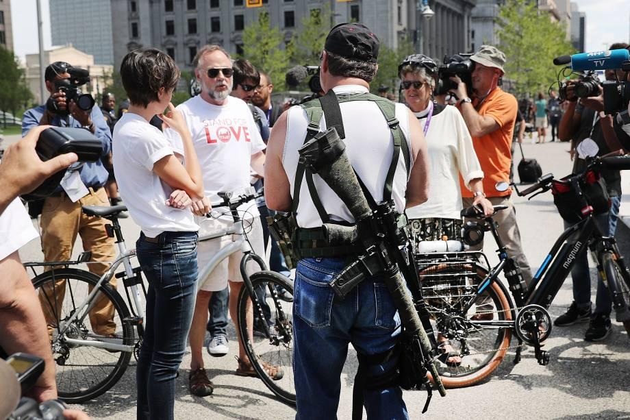 Membro de um grupo a favor do porte de armas fala com a imprensa durante uma marcha à frente da Convenção Nacional Republicana em Cleveland, Ohio - 17/07/2016