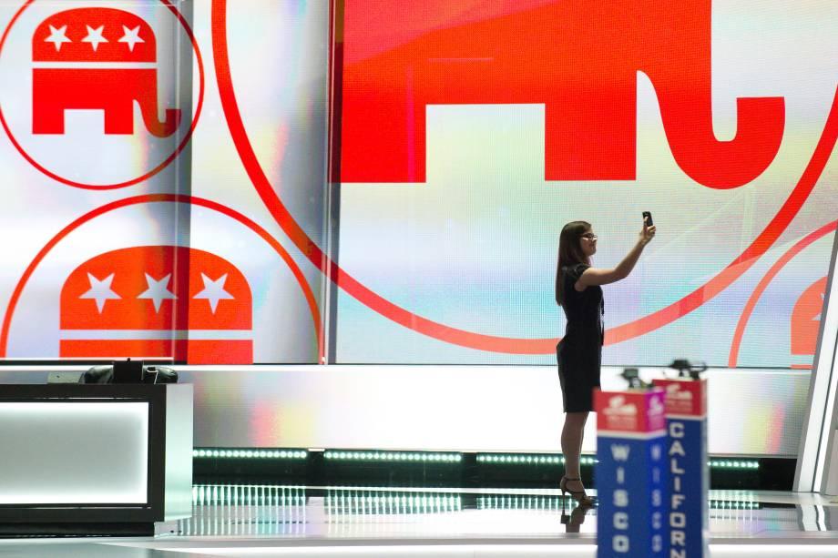 Mulher faz uma selfie no palco que será usado durante Convenção Nacional Republicana na Quicken Loans Arena, em Cleveland, Ohio - 17/07/2016